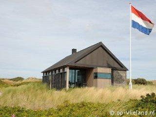 , groot huis met design inrichting in de duinen bij het strand
